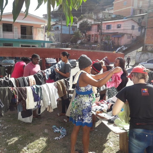 Ação Varal Solidário para doação de roupas